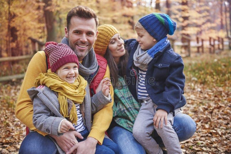 Familj under höst fotografering för bildbyråer