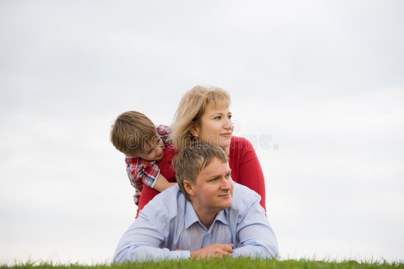 Familj utomhus fotografering för bildbyråer
