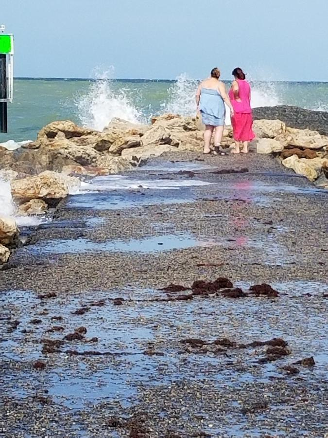 Familj vid kusten arkivfoton