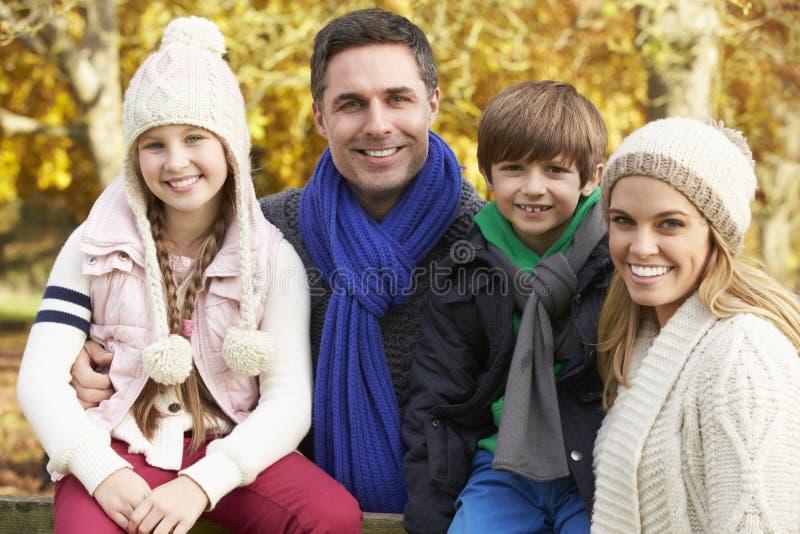 Familj vid trästaketet On Autumn Walk fotografering för bildbyråer
