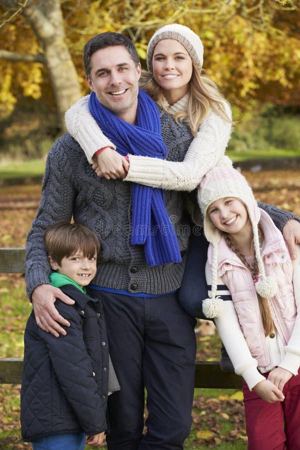 Familj vid trästaketet On Autumn Walk arkivfoto