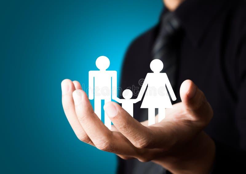 Familjabstrakt begrepp i den manliga handen fotografering för bildbyråer