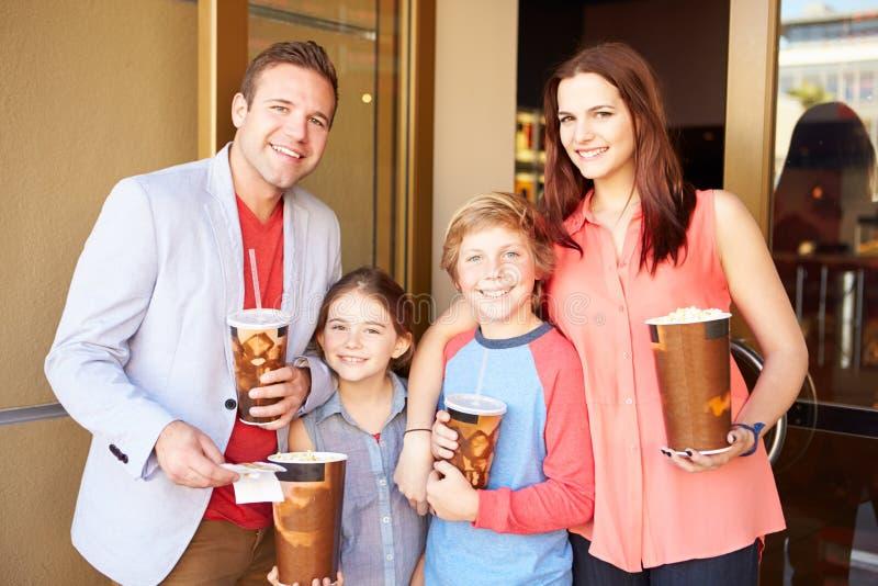 Familjanseende utanför bio tillsammans royaltyfria foton
