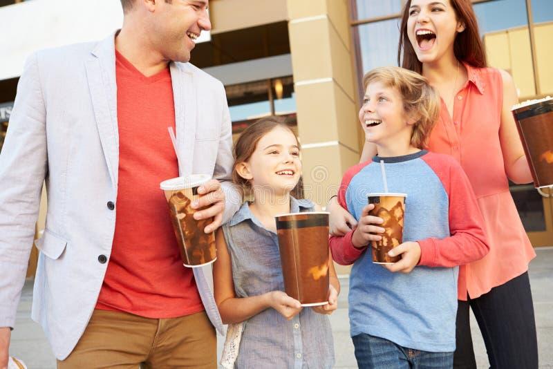 Familjanseende utanför bio tillsammans arkivbilder