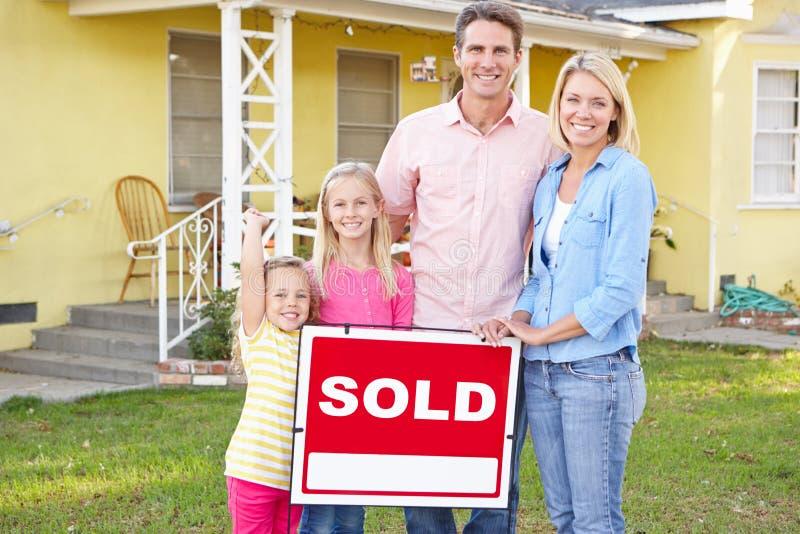 Familjanseende, vid sålt, undertecknar yttersidahemmet royaltyfri bild