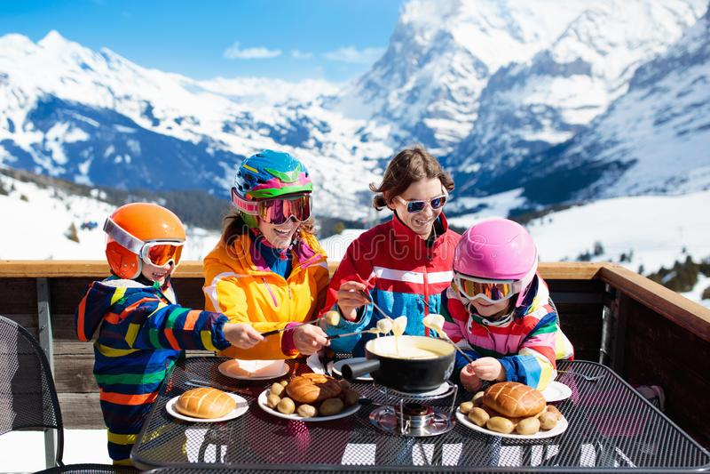 Familjapres skidar lunch i berg Skida gyckel arkivfoto