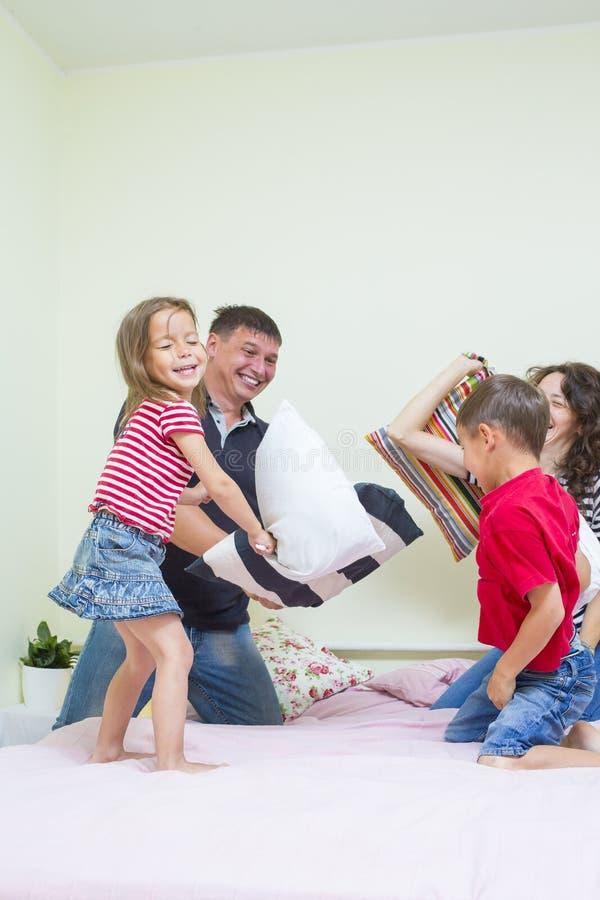Familjbegrepp och idéer Ung Caucasian familj av fyra som har en kamp royaltyfri bild