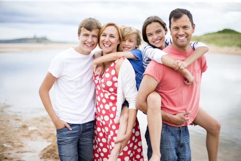 Familjbild på stranden royaltyfri foto