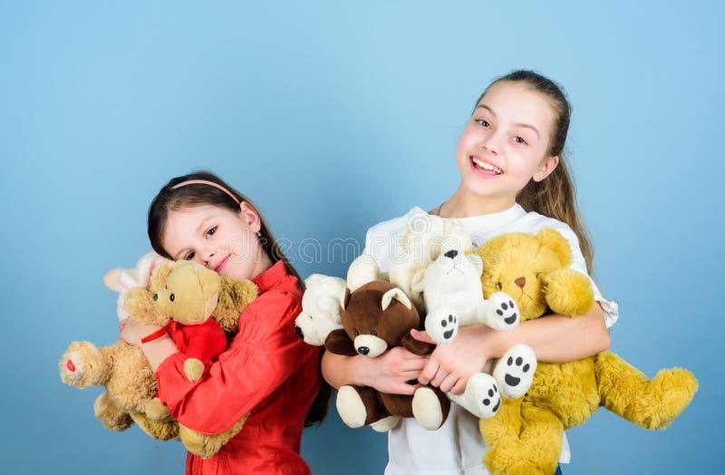 Familjbindning flickor f?r sm? systrar som spelar leken i lekrum Toy Shop Barns dag lekplats i dagis royaltyfria foton
