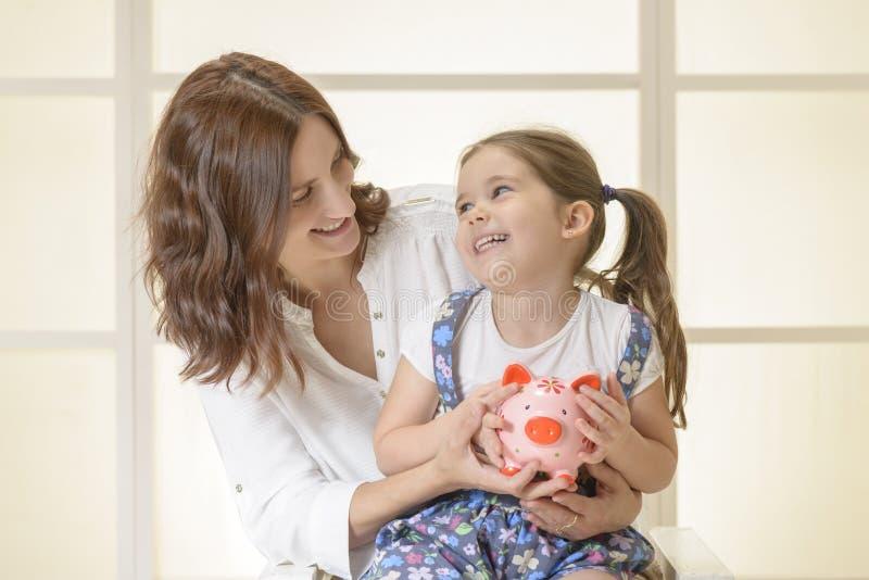 Familjbudget och besparingbegrepp arkivbild