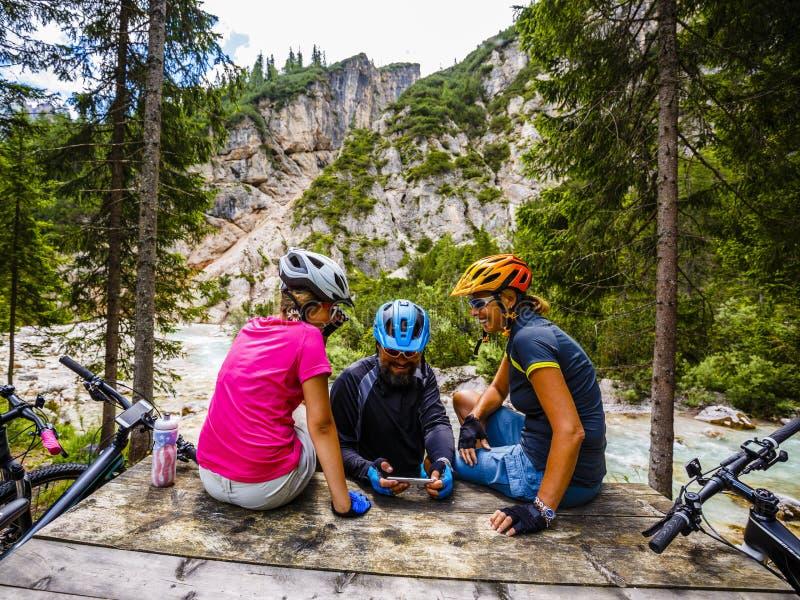 Familjcykelritter i bergen fotografering för bildbyråer