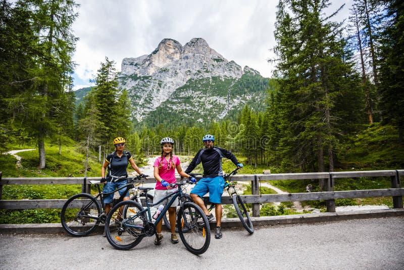 Familjcykelritter i bergen arkivbilder