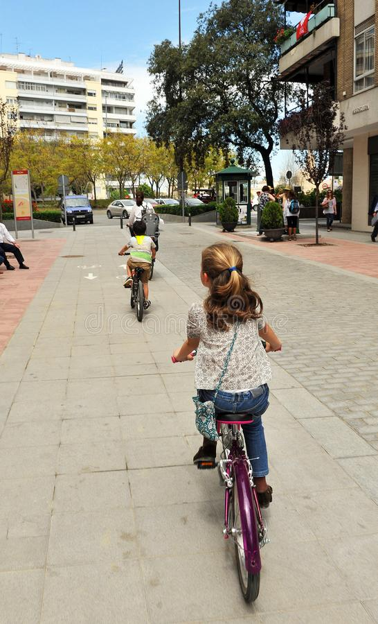 Familjecykeltur i staden arkivfoton