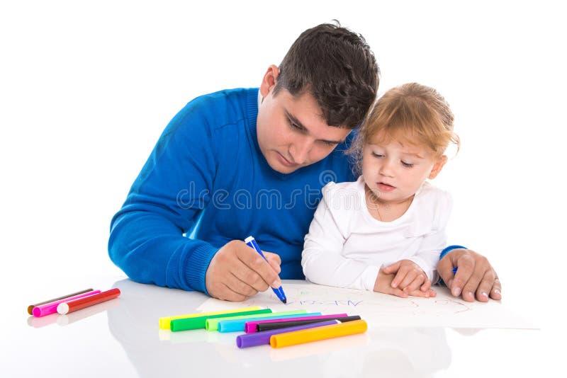 Familjeliv: barnet avlar med dotterteckningen som isoleras på whit royaltyfri fotografi