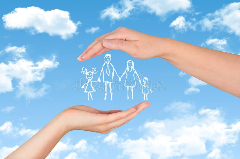 Familjelivförsäkring, skyddande familj, familjbegrepp royaltyfri foto