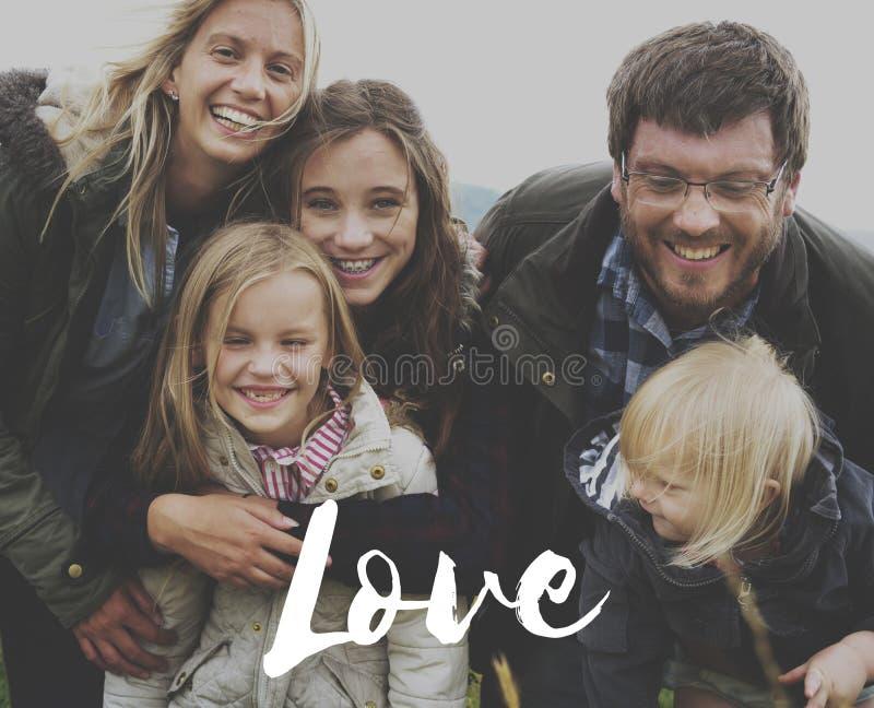 Familjen älskar tillsammans lyckamjukhet fotografering för bildbyråer