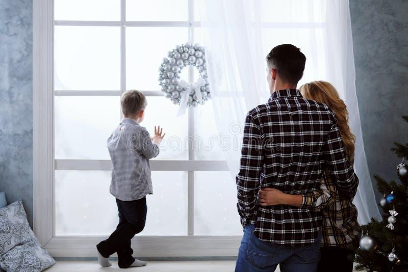 Familjen av fadern och modern möter det hemmastadda nya året arkivbilder