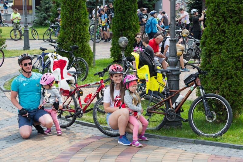 familjen förbereder sig för början av cykelritten royaltyfria bilder