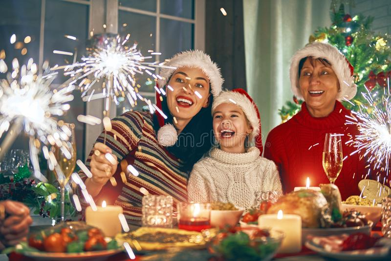 Familjen firar jul arkivfoto