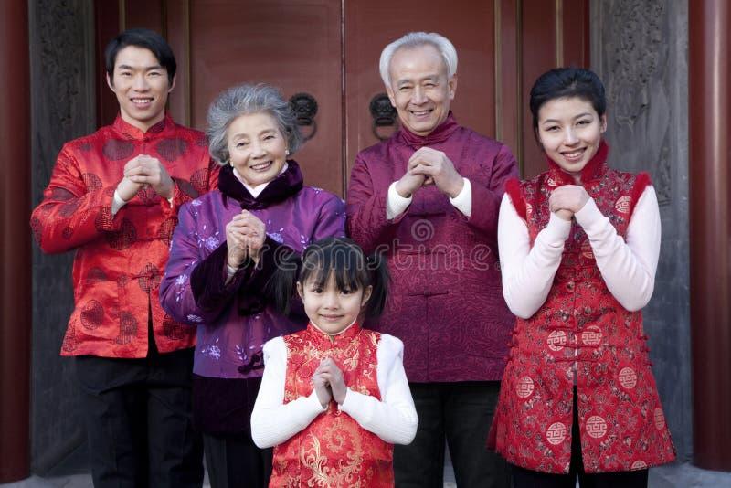 Familjen firar kinesiskt nytt år arkivfoton