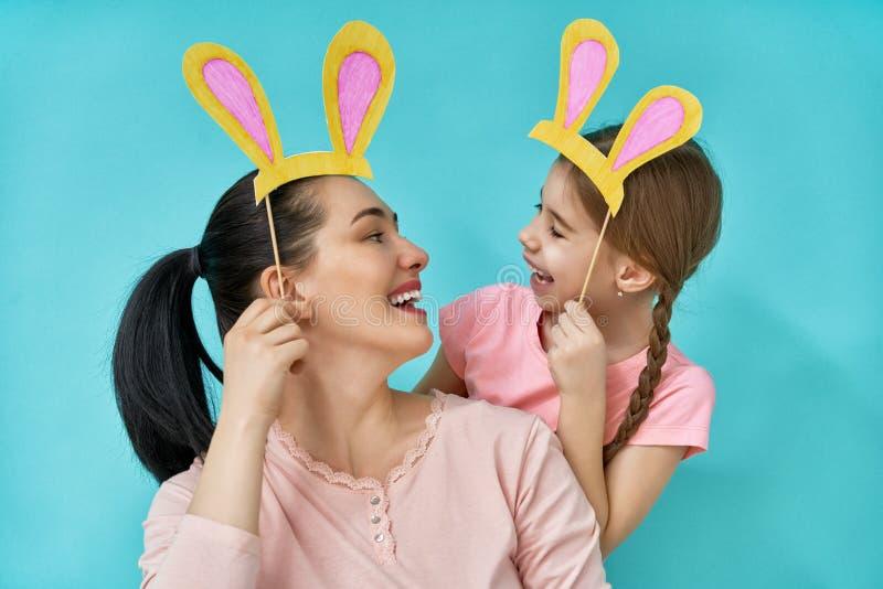 Familjen firar påsk royaltyfria bilder