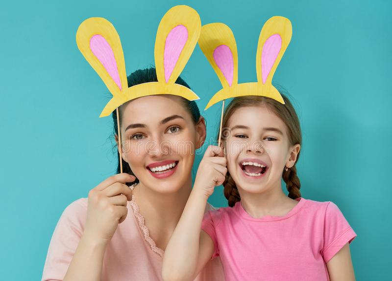 Familjen firar påsk royaltyfri fotografi