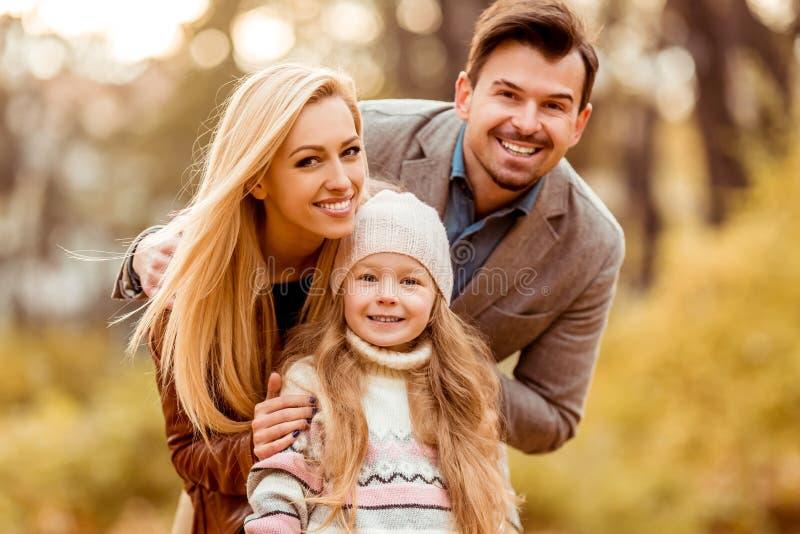 Familjen går höst royaltyfria foton