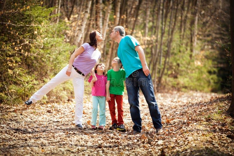 Familjen går på royaltyfria bilder
