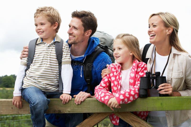 Familjen går på i bygd royaltyfria foton