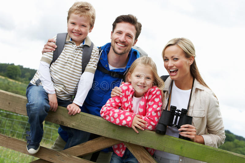 Familjen går på i bygd royaltyfria bilder
