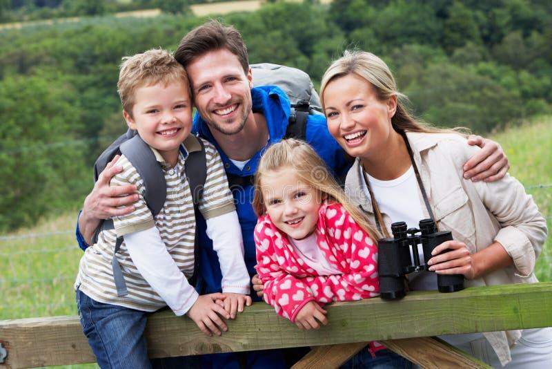 Familjen går på i bygd royaltyfri foto