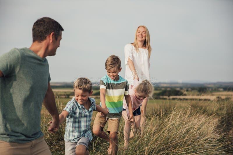 Familjen går till och med sanddyerna royaltyfri fotografi