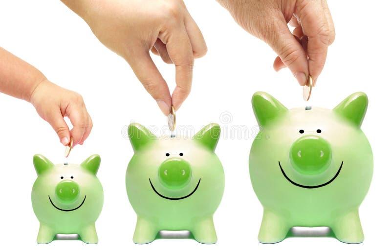 Familjen gör grön besparingen arkivfoton