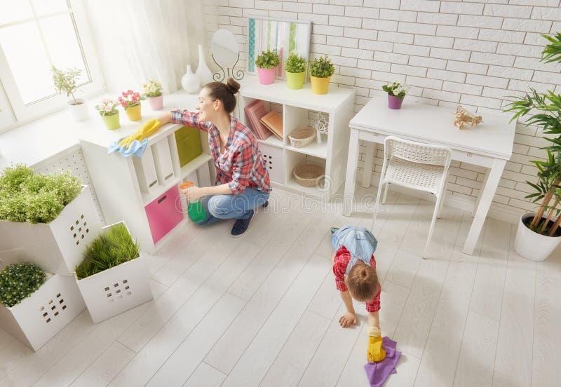 Familjen gör ren rummet royaltyfri foto