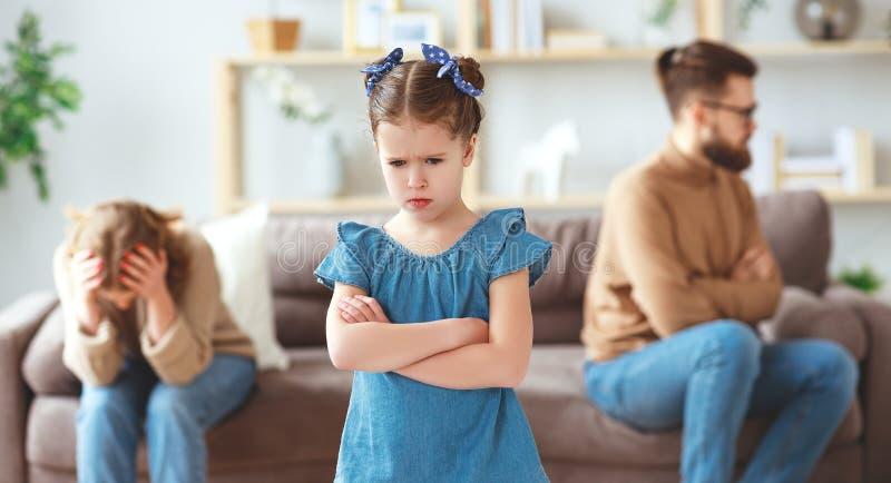 Familjen grälar skilsmässaföräldrar, och barnet svär, kämpar royaltyfria bilder