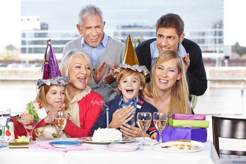 Familjen gratulerar barnet fotografering för bildbyråer