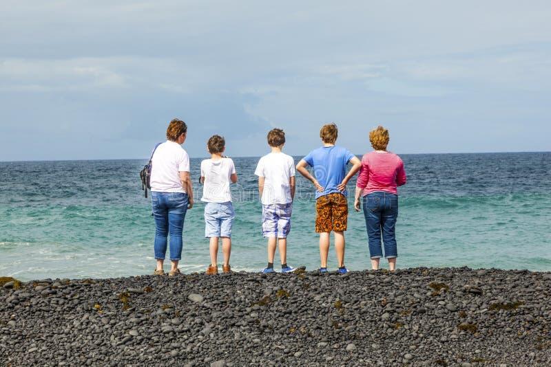 Download Familjen Håller ögonen På Vågorna På Arkivfoto - Bild av symbol, lyckligt: 37344568