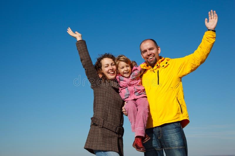 familjen hands lyckligt lyft uppåt royaltyfri bild