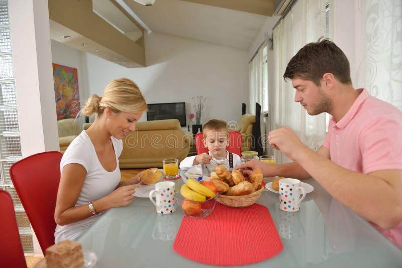 Familjen har den sunda frukosten hemma arkivbilder