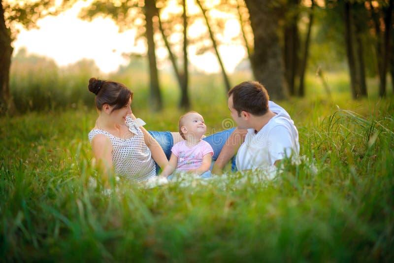 Familjen har en vila i parkera royaltyfri fotografi
