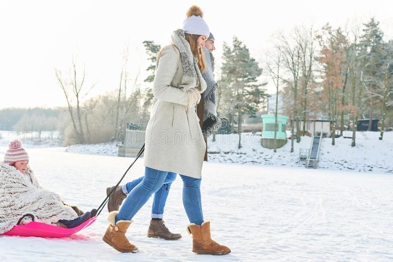 Familjen, i att ta för vinter, går med barnet arkivfoton