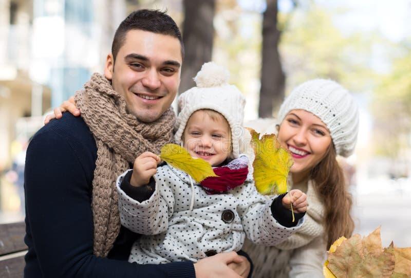 Familjen i en höst parkerar royaltyfria bilder