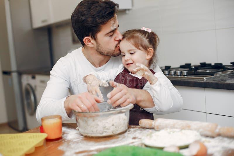 Familjen lagar mat degen för kakor royaltyfri bild