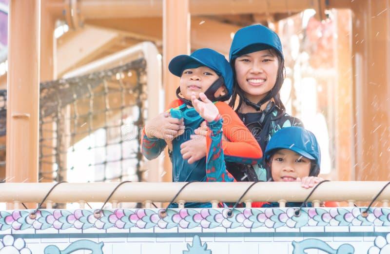 Familjen ler i vatten parkerar aquanöjesfältet Thailand royaltyfri fotografi
