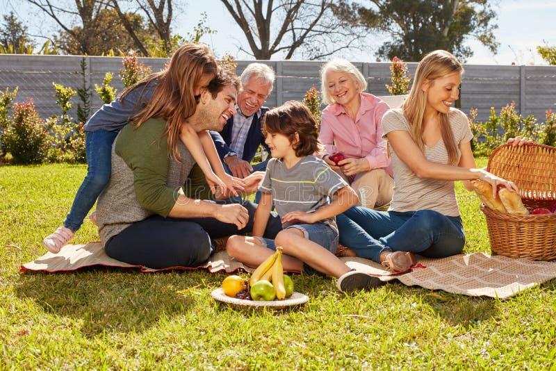 Familjen med barn och morföräldrar firar födelsedag arkivbild
