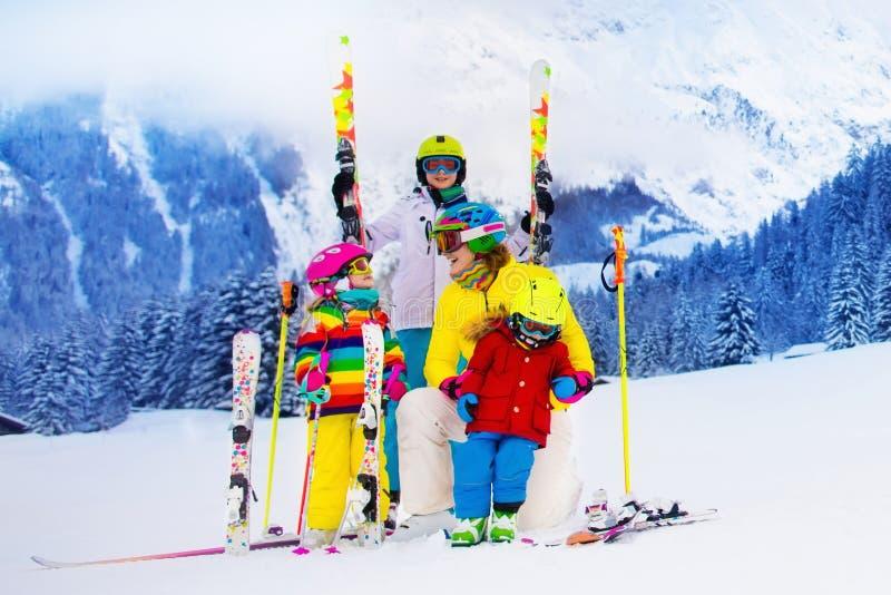 Familjen med barn på vinter skidar semestern arkivfoto