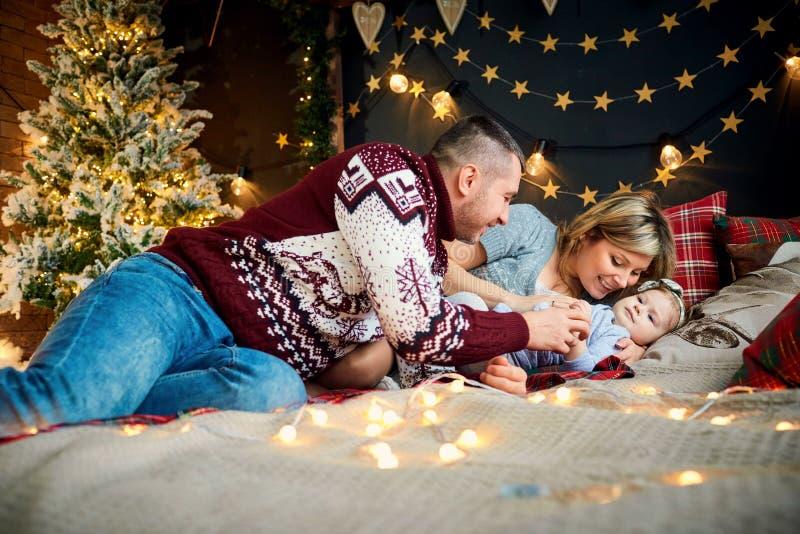 Familjen med barnlekar inomhus på juldagen royaltyfria foton