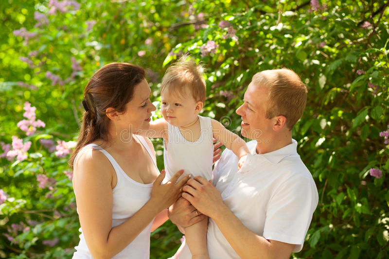 Familjen med behandla som ett barn pojken utomhus royaltyfri fotografi