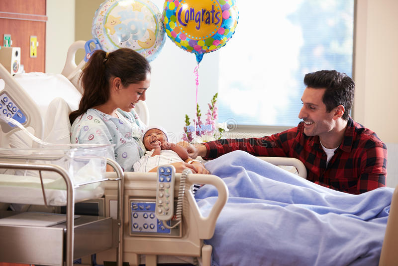 Familjen med nyfött behandla som ett barn i stolpen Natal Hospital Department royaltyfri bild