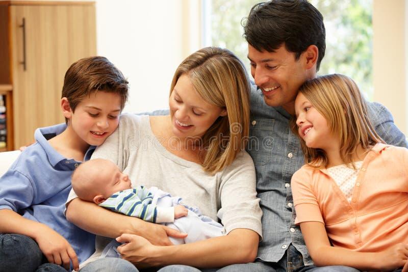 Familjen med nytt behandla som ett barn hemma royaltyfri fotografi